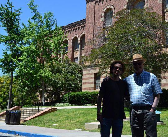 O Músico Carlos Eduardo Costa e Silva, Colaborador do CEADS e o Prof. Dr. Luiz Jorge Fagundes, Coordenador Científico do CEADS, junto ao Edifício Central da UCLA.