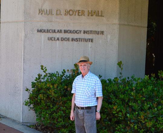 """O Prof. Dr. Luiz Jorge Fagundes, Coordenador Científico do CEADS, junto ao """" Paul D. Boyer Hall"""", sede do """" Molecular Biology Institute"""", local de pesquisas sobre  a Infecção pelo HPV e o desenvolvimento de técnicas que utilizam a Biologia Molecular."""