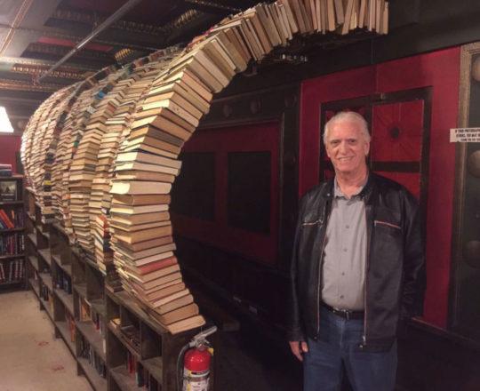 """O Prof. Dr. Luiz Jorge Fagundes, Coordenador Científico do CEADS, junto  ao """" Tunel"""", formado por uma grande quantidade de Livros"""