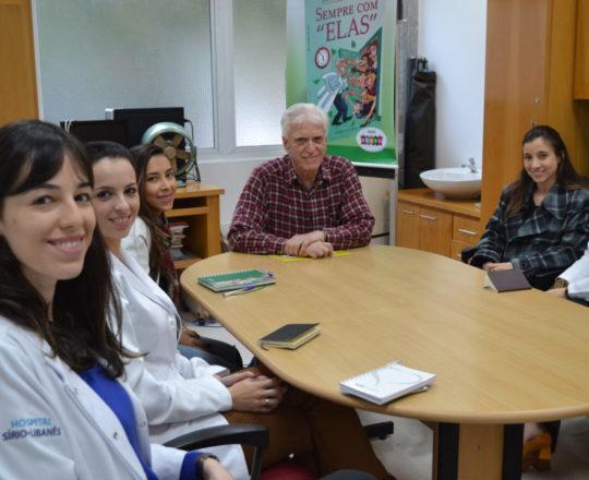 """O Prof. Dr. Luiz Jorge Fagundes, Coordenador Científico do CEADS, a Dra. Nathalia Targa Pinto, Colaboradora do CEADS e os Estagiários de IST e DST de junho de 2017, durante a Palestra sobre """"Terapêutica das Doenças Sexualmente Transmissíveis""""."""