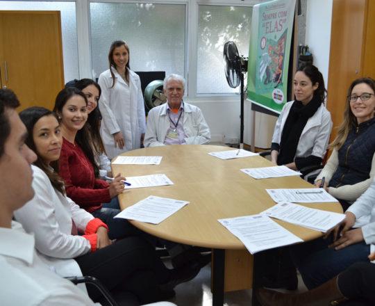 O Prof. Dr. Luiz Jorge Fagundes, Coordenador Científico do CEADS, a Dra. Nathalia Targa Pinto, Colaboradora do CEADS e os Estagiários de junho de 2017, antes do início das provas finais sobre DST.