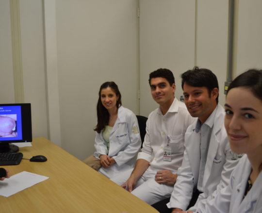 A Dra. Nathalia Targa Pinto, Dermatologista Sanitária e Colaboradora do CEADS, junto aos Estagiários de DST e IST, do mês de junho, durante a Palestra sobre IST e DST.