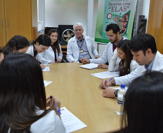 O Prof. Dr. Luiz Jorge Fagundes, Coordenador Científico do CEADS e Responsável pelo Estágio de IST e DST, a Dra. Nathalia Targa Pinto, Dermatologista Sanitária e Colaboradora do CEADS e os Estagiários de junho de 2017, durante a realização das Provas Teórica e Prática sobre DST. Fotos e Coordenação da Prova Prática da Biomédica Fatima Morais.