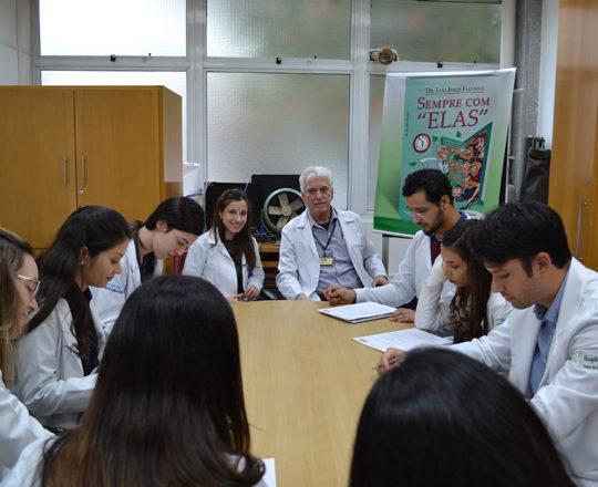 A Dra. Nathalia Targa Pinto, Dermatologista Sanitária e Colaboradora do CEADS, o Prof. Dr. Luiz Jorge Fagundes, Coordenador Científico do CEADS e os Estagiários de junho de 2017, durante a realização das provas Teórica e Prática sobre IST e DST. Fotos da Biomédica ,Colaboradora do CEADS Fátima Morais