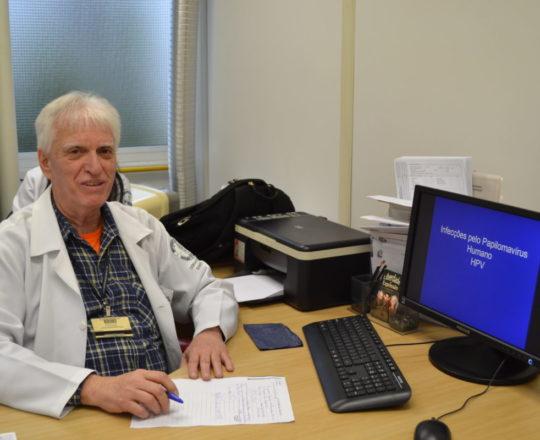"""O Prof. Dr. Luiz Jorge fagundes, Coordenador Científico do CEADS e Responsável pelo Estágio de DST, durante a Palestra sobre """"Infecção pelo HPV"""