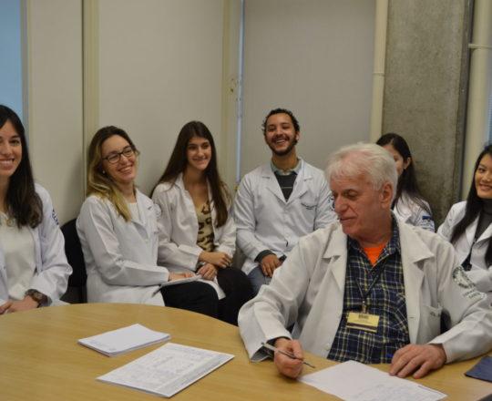 """Os Estagiários de DST e IST do mês de junho de 2017 e o Prof. Dr. Luiz Jorge Fagundes, Coordenador Científico do CEADS, durante a Palestra sobre """"Infecção pelo HPV"""""""