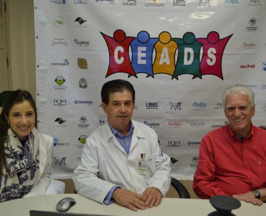 O Prof. Dr. Vitor Reis,Colaborador do CEADS e Coordenador do  66 Fórum de Debates, o Prof. Dr. Luiz Jorge Fagundes, Coordenador Científico do CEADS e a Dra. Nathalia Targa pinto, Dermatologista Sanitária e Colaboradora do CEADS, durante a realização do Fórum de Debates.