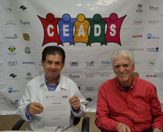 O Prof. Dr. Luiz Jorge Fagundes, Coordenador Científico do CEADS e o Prof. Dr. Vitor Reis, de posse do Certificado de Palestrante, do 66 Fórum de Debates do CEADS.