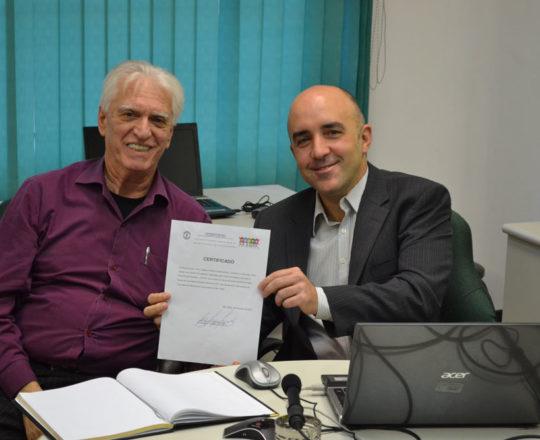 """O Prof. Gustavo Ferreira de posse de seu Certificado de Palestrante do Tema """"O Erro Médico"""" e o Prof. Dr. Luiz Jorge Fagundes, Coordenador Científico do CEADS."""