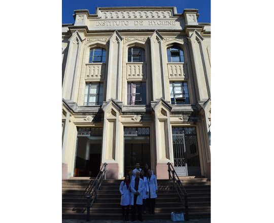 Os Estagiários de junho de 2017, a Dra. Nathalia Targa Pinto ,Colaboradora do CEADS e os Estagiários de DST de junho de 2017, em frente à Faculdade de Saúde Pública da USP, durante a comemoração de Encerramento do Estágio.