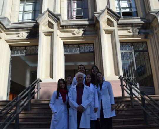 O Prof. Dr. Luiz Jorge Fagundes, Coordenador Científico do CEADS, a Dra. Nathalia Targa pinto, Colaboradora do CEADS e os Estagiários de DST de junho de 2017, em frente ao prédio da Faculdade de Saúde Pública da USP, local onde foram ministradas as aulas práticas de DST.