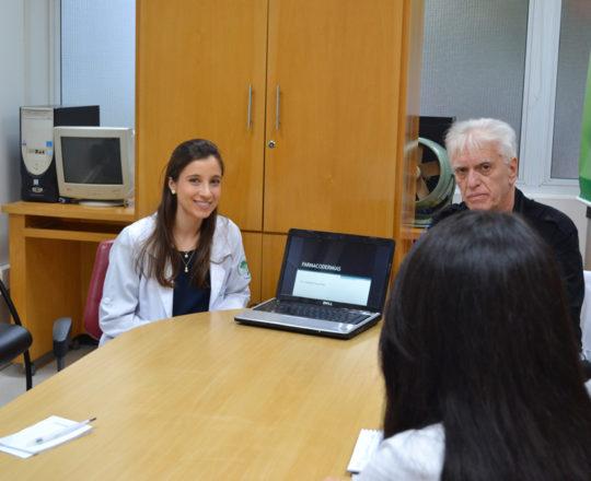 """A Profa. Nathalia Targa Pinto,Colaboradora do CEADS e o Prof. Dr. Luiz Jorge Fagundes,Coordenador Científico do CEADS, durante a Palestra sobre """"Farmacodermias""""."""