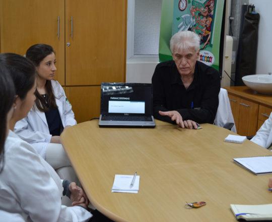 """O Prof. Dr. Luiz Jorge Fagundes, Coordenador Científico do CEADS, a Dra. Nathalia Targa Pinto, Colaboradora do CEADS e Palestrante do tema """"Farmacodermias"""" e os Estagiários de DST e IST do mês de junho de 2017."""