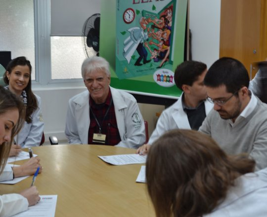 O Prof. Dr. Luiz Jorge Fagundes, Coordenador Científico do CEADS, a Dra. Nathalia Targa Pinto, Dermatologista Sanitária e os Estagiários de IST e DST, durante as provas iniciais de DST.