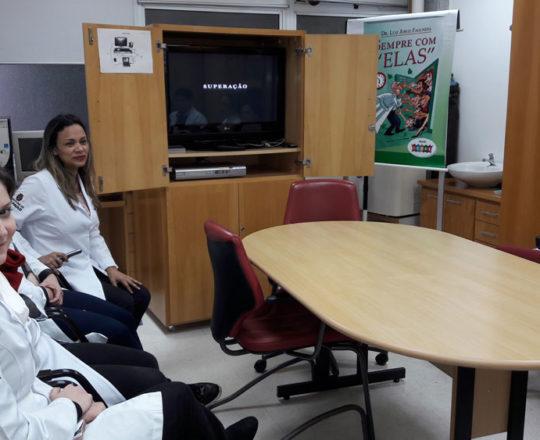A Biomédica Fátima Morais, Colaboradora do CEADS e os Estagiários de DST e IST do mês de julho, durante a apresentação do Documentário sobre Hanseníase.