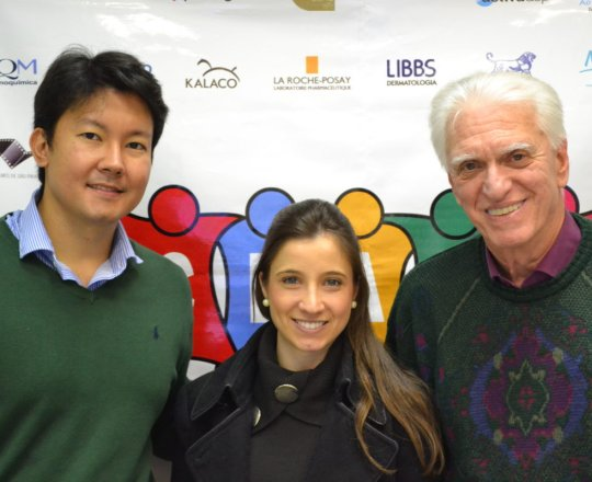 A Dra. Nathalia Targa Pinto,Colaboradora do CEADS, ao lado do Dr. Denis Miyashiro, Palestrante do Fórum de Debates e o Prof. Dr. Luiz Jorge Fagundes, Coordenador Científico do CEADS, no encerramento do Evento.