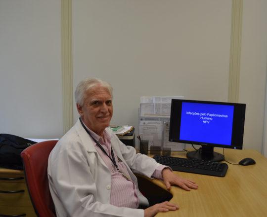 """O Prof. Dr. Luiz Jorge Fagundes, Coordenador Científico do CEADS, durante a apresentação da Palestra sobre """"Infecção pelo HPV""""."""