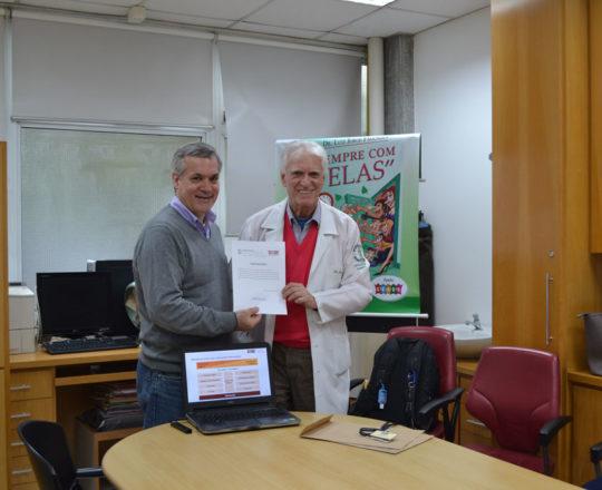 """O Prof. Lucas Blanco,Tesoureiro do CEADS, recebe das mãos do Prof. Dr. Luiz Jorge Fagundes, Coordenador Científico do CEADS, o seu Certificado de Palestrante do tema: """"Negociação e Persuasão""""."""