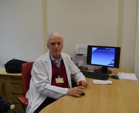 """O Prof. Dr. Luiz Jorge Fagundes, no Ambulatório de DST, durante a Palestra sobre """"A Situação Atual da Sífilis Congênita no Brasil""""."""