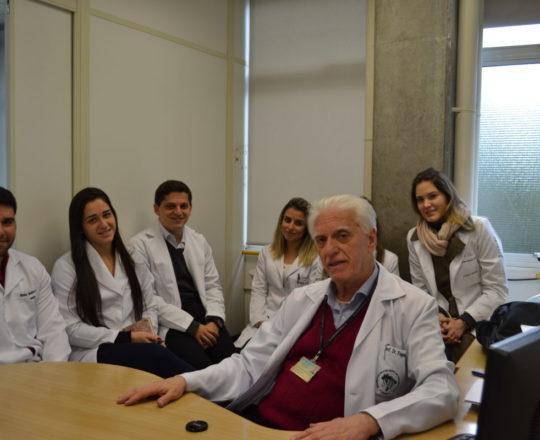"""Os Estagiários de DST e IST do Centro de Saúde Escola Geraldo de Paula Souza, do mês de julho de 2017 e o Prof. Dr. Luiz Jorge Fagundes, Coordenador Científico do CEADS, durante a Palestra sobre """"Sífilis Congênita""""."""