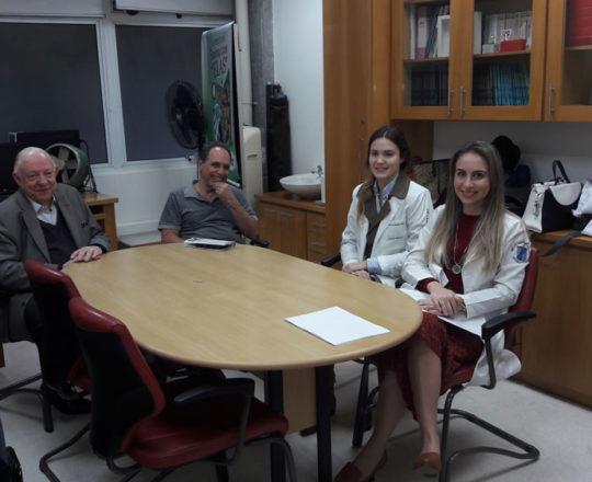 """O Prof, Dr,Sidnei Martini, o Físico Dr. Armando Pinto de Souza, Colaboradores do CEADS e os Estagiários de julho de 2017, durante a Palestra sobre """"Fundamentos da Gestão""""."""