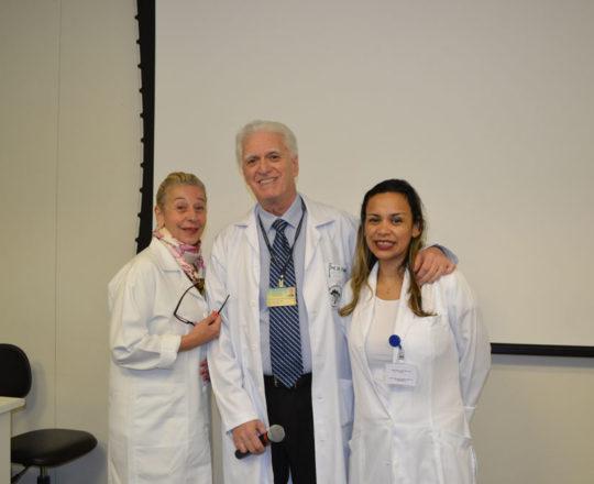 A Prof. Dra. Lana Aguiar, o Prof. Dr. Luiz Jorge Fagundes e a Biomédica Fátima Morais, Colaboradores do CEADS, durante a apresenta de casos clínicos de DST.