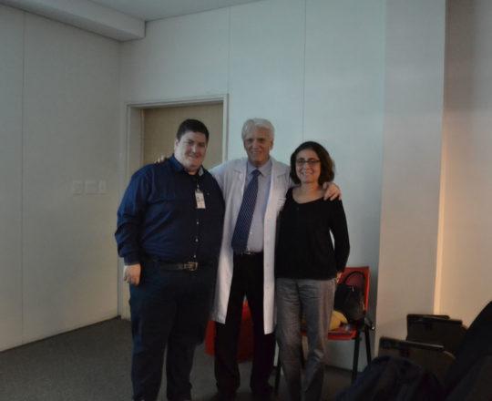 A Profa. Dra. Yara Linhares , Colaboradora do CEADS, o Estudante de Medicina da FMUSP Sr. Matheus Belloni Torsani, Tradutores e Intérpretes do Curso e o Prof. Dr. Luiz Jorge Fagundes, Coordenador Científico do CEADS.