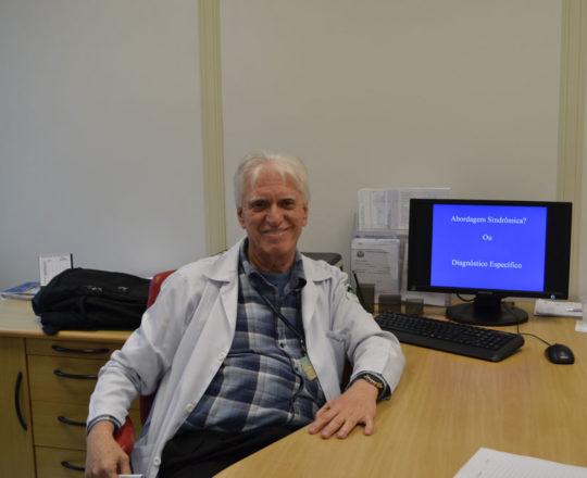 """O Prof. Dr. Luiz Jorge Fagundes , Coordenador Científico do CEADS, durante a apresentação da Palestra sobre """"Diagnóstico Específico X Abordagem Sindrômica""""."""