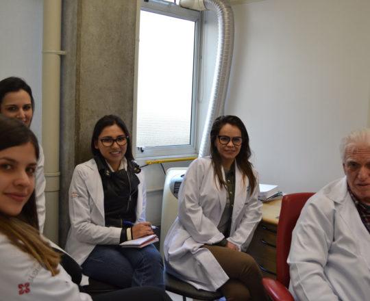 """Os Estagiários de DST do mês de agosto de 2017 e o Prof. Dr. Luiz Jorge Fagundes,Coordenador Científico do CEADS, durant a palestra sobre """"A Situação Atual da Sífilis Congênita no Brasil, sem Penicilina Benzatina."""