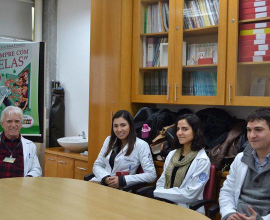 O Prof. Dr. Luiz Jorge Fagundes, Coordenador Científico do CEADS e os Estagiários de agosto de 2017, durante a Prova Oral sobre DST. Presente aoa Evento a Dra. Nathalia Targa Pinto, Dermatologista Sanitária e Colaboradora do CEADS.