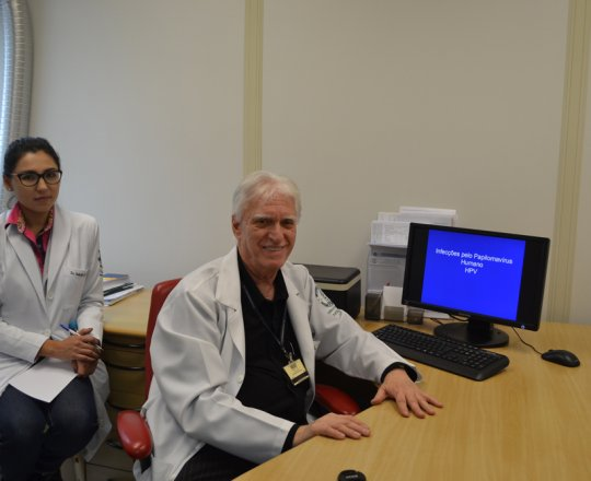 """O Prof. Dr. Luiz Jorge Fagundes, Coordenador Científico do CEADS a Estagiária Dra. Nathalia Oushiro de DST de agosto de 2017, durante a Palestra sobre """"Infecção pelo HPV""""."""