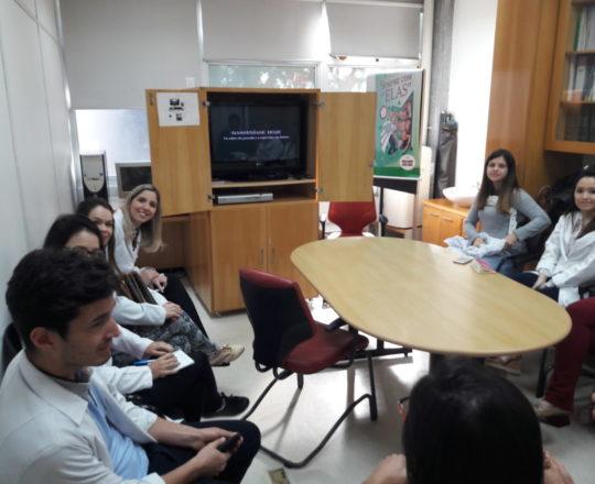 """Os Estagiários de DST de agosto de 2017, durante a apresentação do Documentário """" A Situação Atual da Hanseníase no Brasil""""."""