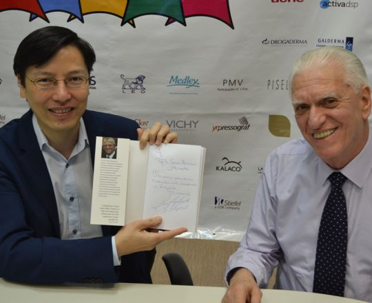 """O Prof. Sergio Hirata, Colaborador do CEADS, exibe o Livro """"Sempre com Elas"""", autografado pelo seu autor o Prof. Dr. Luiz Jorge Fagundes."""