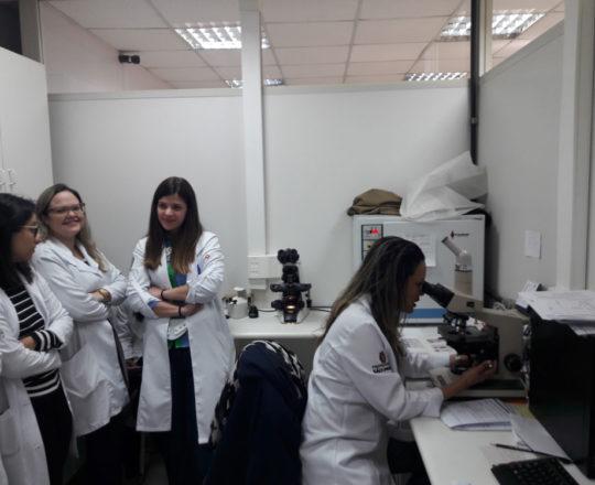 A Biomédica e colaboradora do CEADS Fátima Morais e os Estagiários de DST de agosto de 2017, durante a apresentação do acervo de lâminas do CEADS.