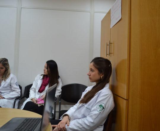 """A Dra. Nathalia Targa Pinto, Dermatologista Sanitária,Colaboradora do CEADS e os Estagiários de DST  de agosto de 2017, durante a Palestra sobre """"Gestão""""."""
