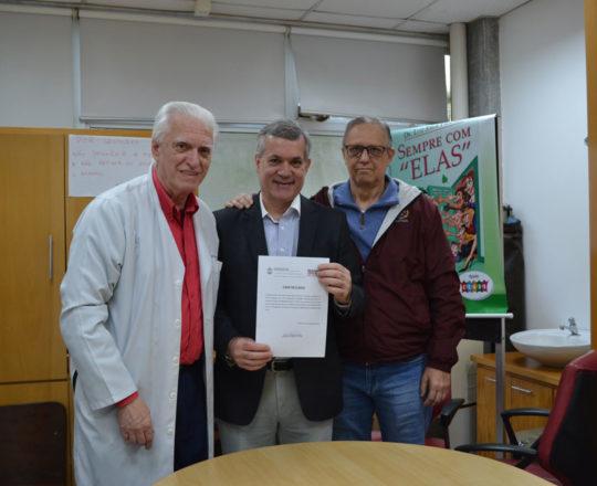 """O Prof. Lucas Blanco, no momento em que recebe seu Certificado de Palestrante do Curso sobre """"Fundamentos da Gestão"""", das mãos dos Professores Wesley Wey Jr, Coordenador de Gestão do CEADS e o Dr. Luiz Jorge Fagundes, Coordenador Científico do CEADS."""