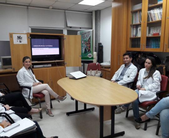 """A Dra. Nathalia Targa Pinto e os Estagiários de DST de agosto de 2017, durante a Palestra sobre """"Crioterapia"""""""