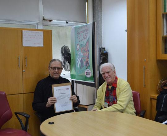 O Prof. Dr. Luiz Jorge Fagundes, Coordenador Científico do CEADS, no momento da entrega do Certificado de Palestrante ao Prof. Wesley Wey Jr, Coordenador de Gestão do CEADS.