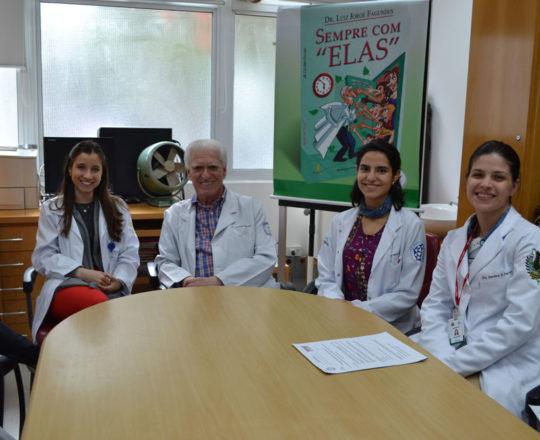 O Prof. Dr. Luiz Jorge Fagundes, Coordenador Cientifico do CEADS, a Dra. Nathalia Targa Pinto, Dermatologista Sanitária e os Residentes de DST do mês de agosto de 2017, durante a recepção no Estágio