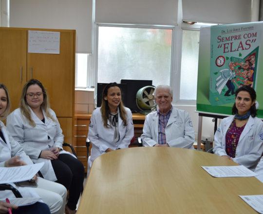 A Biomédica Fátima Morais,Responsável pelo Laboratório de DST e Colaboradora do CEADS, o Prof. Dr. Luiz Jorge Fagundes, Coordenador Científico do CEADS e os Estagiários de DST de agosto de 2017, durante a apresentação dos Estagiários.