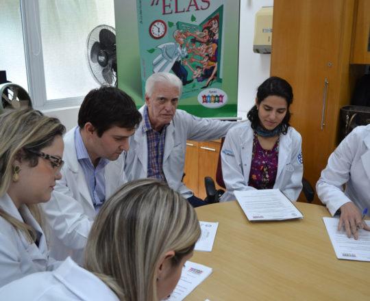 Os Colaboradores do CEADS, a Dermatologista Sanitária Dra. Nathalia Targa Pinto ,o Prof. Dr. Luiz Jorge Fagundes, Coordenador Científico do CEADS e os Estagiários de DST de agosto de 2017, durante a realização das Provas iniciais do Estágio.