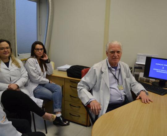 Os Estagiários de DST de agosto de 2017 e o Prof. Dr. Luiz Jorge Fagundes, durante a Palestra sobre DST.