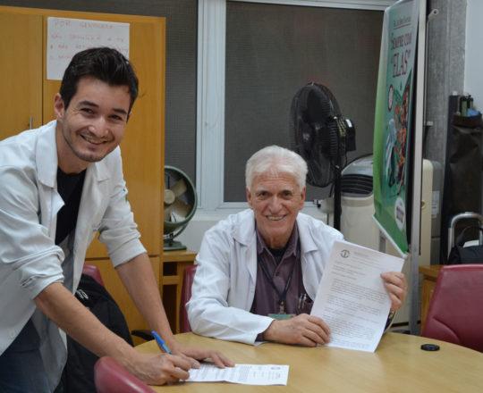 O Prof. Dr. Luiz Jorge Fagundes, Coordenador Científico do CEADS, recebe das mãos do Dr. Mark, Infectologista da Escola Paulista de Medicina , UNIFESP, o questionário sobre o Estágio de DST de agosto de 2017.