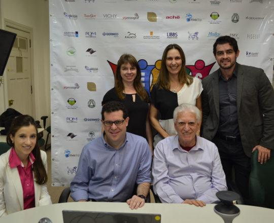 O Prof. Dr. Luiz Jorge Fagundes, Coordenador Científico do CEADS, o Prof. Beni Grimblat, Palestrante do Fórum, a Dra. Nathalia Targa, Colaboradora do CEADS e os Representantes dos Laboratórios La Roche Posay SRa. Jeany Bentele, Sra. Tatiane Splichal e Vichy , o Sr. Alexandre Moraes.
