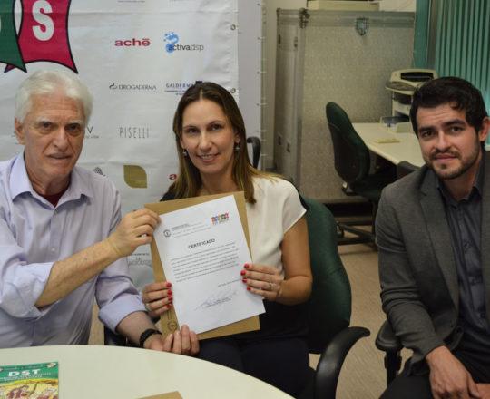 O Prof. Fagundes entrega à Sra Tatiane Splichal e ao Sr. Alexandre Moraes ( L´Oréal do Brasil) o Certificado de Patrocinadores Exclusivos do 69 Fórum de Debates.