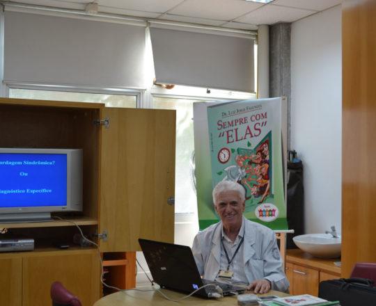 O Prof. Dr. Luiz Jorge Fagundes, Coordenador Científico do CEADS, durante a Palestra sobre Abordagem Sindrômica das DST.