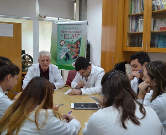 O Prof. Dr. Luiz Jorge Fagundes, Coordenador Científico do CEADS, junto aos Estagiários de DST de setembro de 2017, no momento da realização das Provas Teórica e Prática sobre Doenças Sexualmente Transmissíveis.