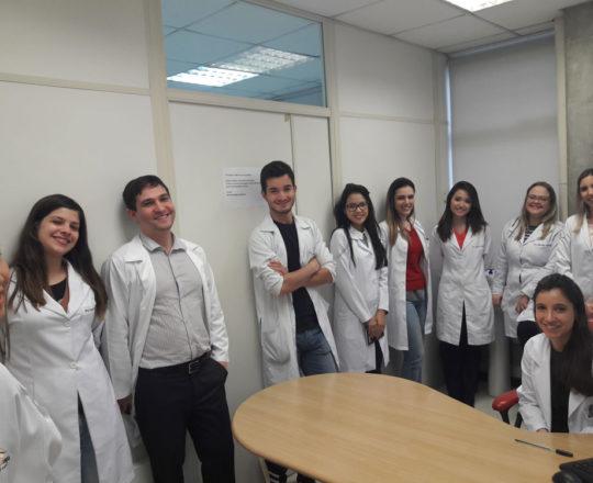 A Dra. Nathalia Targa Pinto, Colaboradora do CEADS e os Estagiário de DST de agosto de 2017, durante a Revisão das Aulas Teóricas sobre DST.