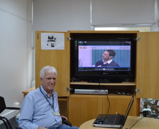 """O Prof. Dr. Luiz Jorge Fagundes, Coordenador Científico do CEADS, durante a apresentação do vídeo sobre """"Gestão de Conflitos""""."""