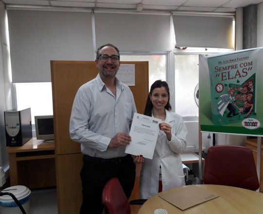 A Dra. Nathalia Targa Pinto, Dermatologista Sanitária e Colaboradora do CEADS, no momento da entrega do Certificado de Palestrante ao Prof. Theo Lerner
